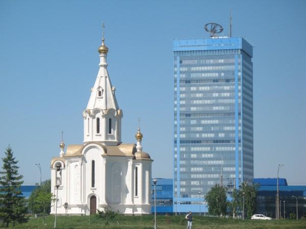 Главный офис Автоваза и часовня перед ним