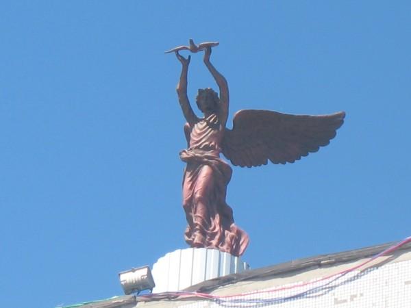 """Скульптура """"Добрый Ангел мира"""" на крыше гостиничного комплекса"""