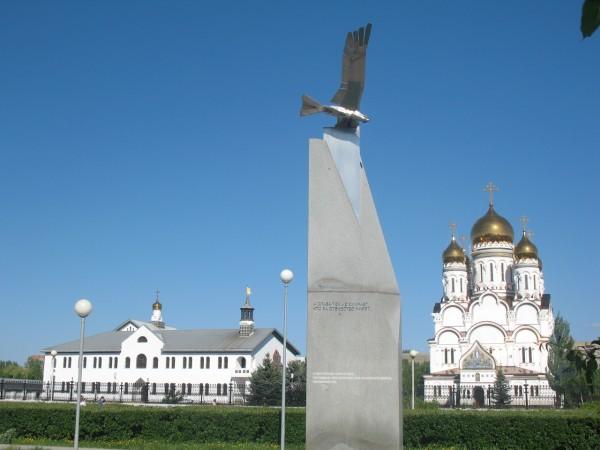 Спасо-Преображенская церковь Тольятти и памятник защитникам отечества