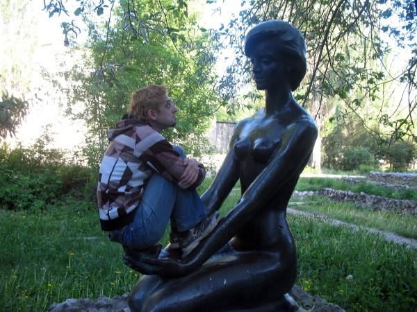 Скульптура девушка в профилактории Прилесье