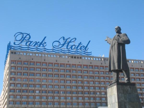 Памятник Ленину и Park Hotel на площади Ленина