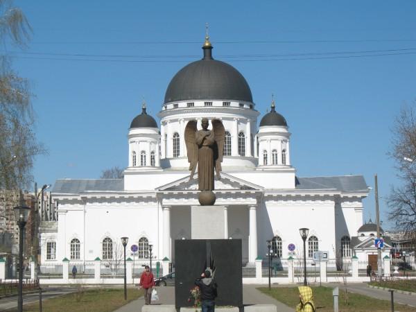 Спасский (Староярмарочный) собор и памятник жертвам Чернобыльской катастрофы