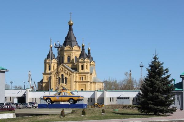 Собор Александра Невского и памятник патрульной машине ГАЗ-24 перед зданием ГИБДД