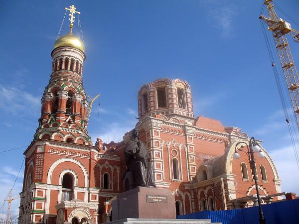 Собор Благовещения Пресвятой Богородицы и памятник Богоридеци с младенцем