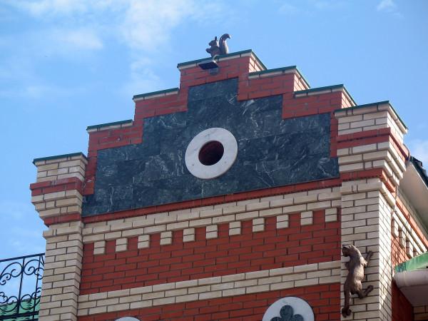 Кот и белка на здании в Йошкар-Оле