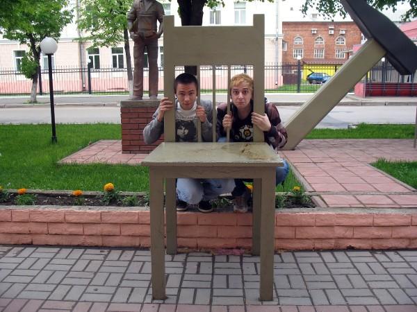 Большой стул у входа в Маригражданстрой
