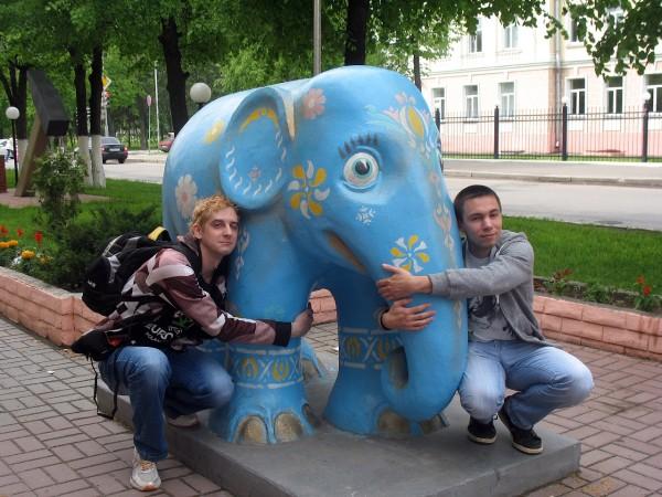 Голубой слон у входа в Маригражданстрой