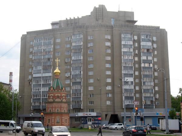 2. Изящная часовня на фоне серого здания