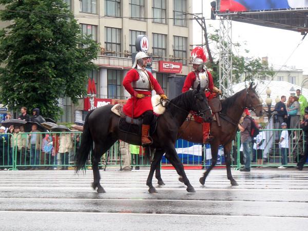 Всадники на параде округов