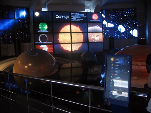 Интерактивный экран о солнечной системе в московском планетарии