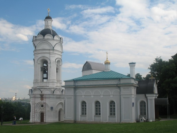 Каменная церковь Георгия Победоносца и кусочек водовзводной башни