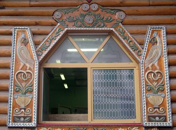 Расписное окно на фасаде Дворца русской трапезы