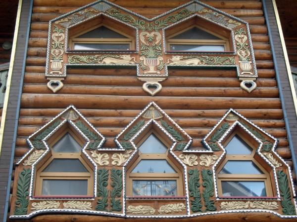 Расписные окна на фасаде Дворца русской трапезы
