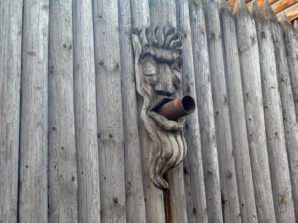 Деревянный забор в вернисаже