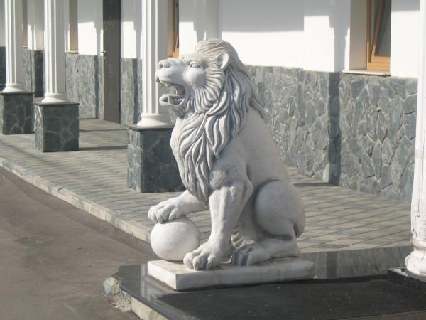 Лев на входе в отель