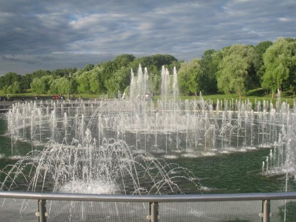 Светомузыкальный фонтан в центре пруда