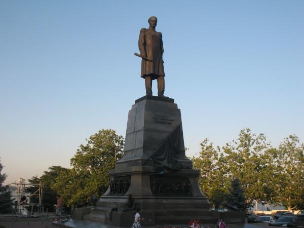 Памятник Нахимову на площади Нахимова