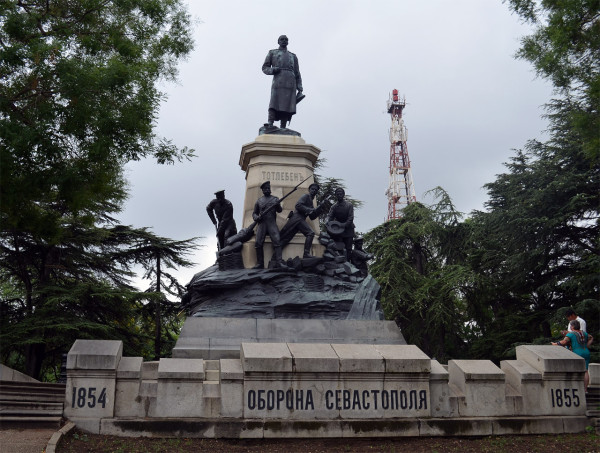 Памятник генералу Тотлебену и его инженерам-саперам