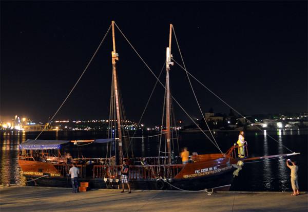 Прогулочный корабль в Севастополе