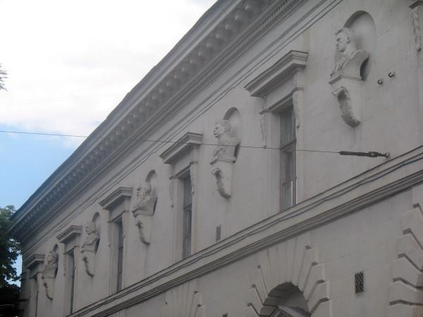 Маяковский, Горький, Л.Н. Толстой, Гоголь и Пушкин на фасаде библиотеки им. Л.Н. Толстого