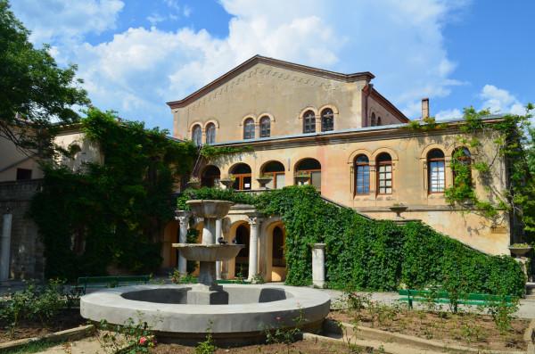 Красивый дворик в Херсонесе