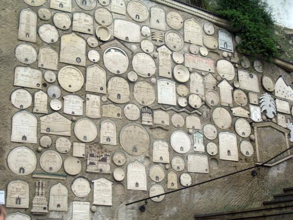 Памятные таблички у входа в Успенский пещерный монастырь