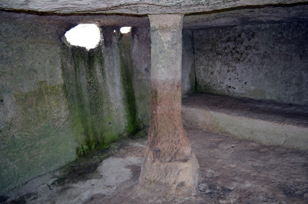 Темница (хозяйственная пещера) в Чуфут-Кале