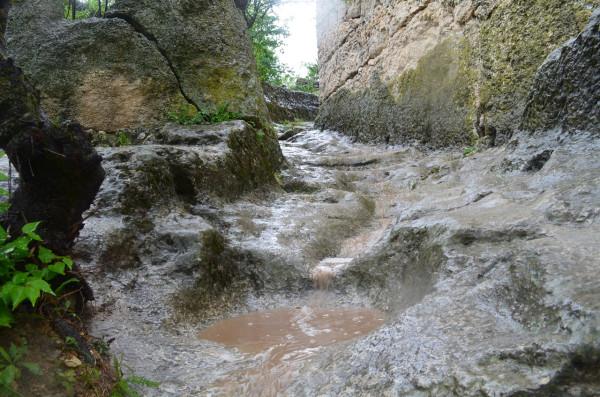 Опасная горная тропа после дождя в Чуфут-Кале