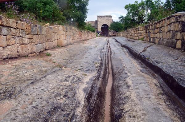 Северные ворота и бассейн в Чуфут-Кале