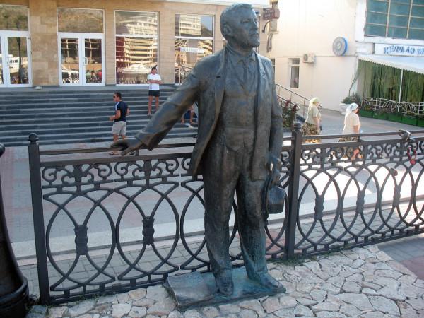 Памятник А.И. Куприну на набережной в Балаклаве