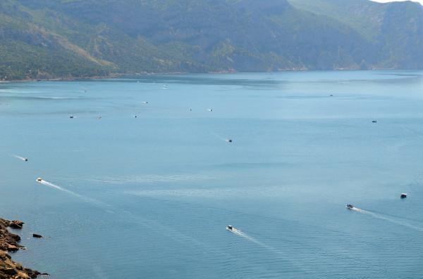 Лодки плывут на пляжи Балаклавы