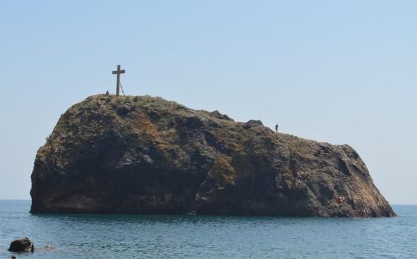 Скала Святого Явления на Яшмовом пляже в Фиоленте