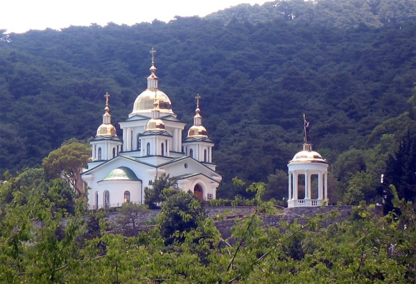 Какая-то церковь в Гаспре (под Ялтой)