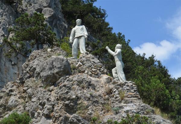 Скульптура пешим туристам под Ялтой