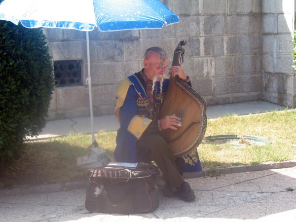 Уличный музыкант под Ялтой