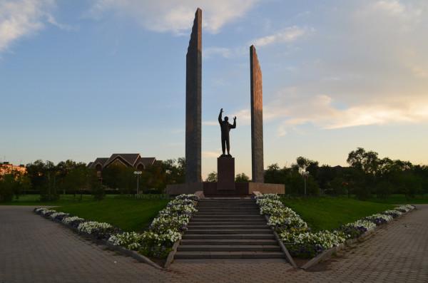 Памятник Юрию Гагарину - первому космонавту Земли