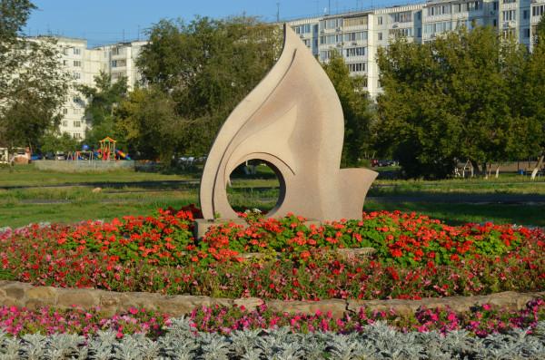 Клумбы с цветами на Проспекте Гагарина в Оренбурге