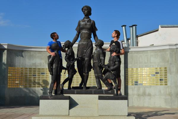 Памятник первой учительнице в Оренбурге