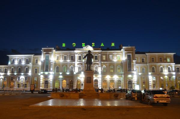 Железнодорожный вокзал Оренбурга и памятник Рычкову