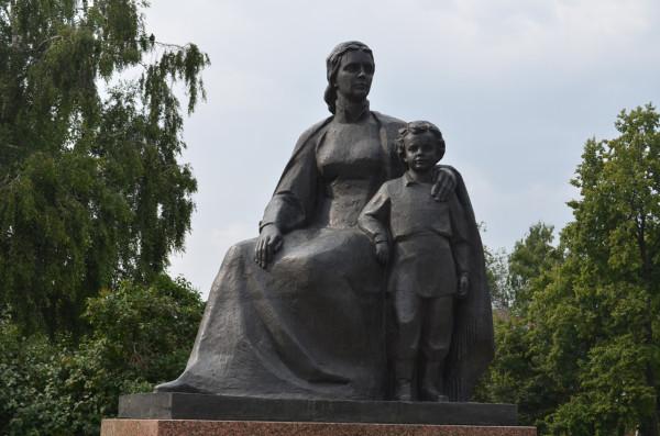 Памятник Володе Ульянову и его маме в Ульяновске