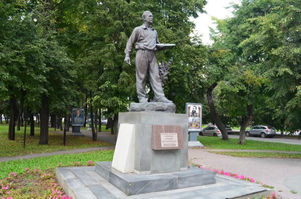 Памятник художнику Пластову в Ульяновске