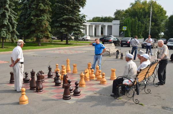 Шахматы на улице. Мы как бы за черных