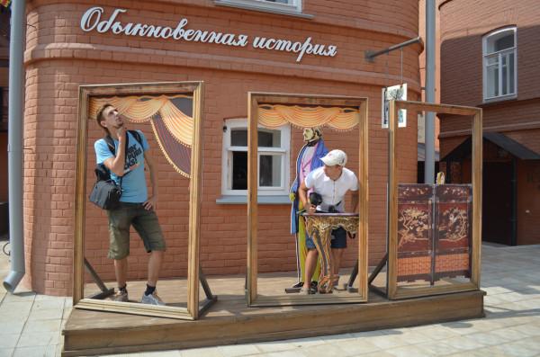 Декорации во внутреннем дворике историко-литературного музея в Ульяновске