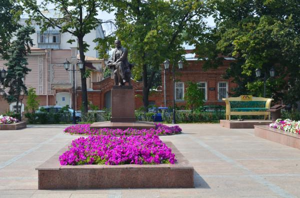 Памятник Гончарову и дивану Обломова в Ульяновске