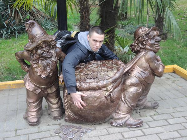 """Скульптура """"Два гнома с мешком монет"""" в парке Ривьера в Сочи"""