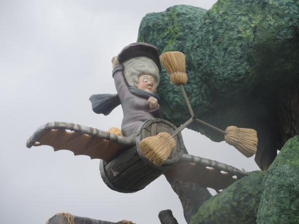Баба Яга в сказочном Сочи-парке в Адлере