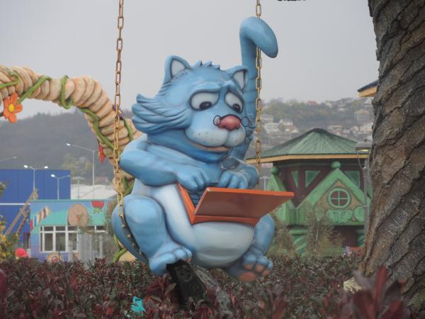 Кот ученый в тематическом сказочном парке Олимпийском парка Адлера