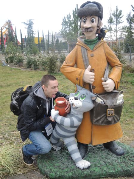 Почтальон Печкин и Кот Матроскин в сказочном тематическом парке Сочи-парк в Адлере