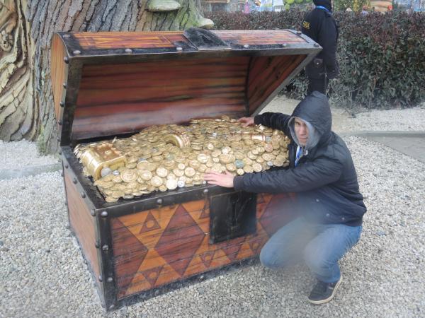 Сундук с сокровищами в сказочном Сочи-парке в Адлере