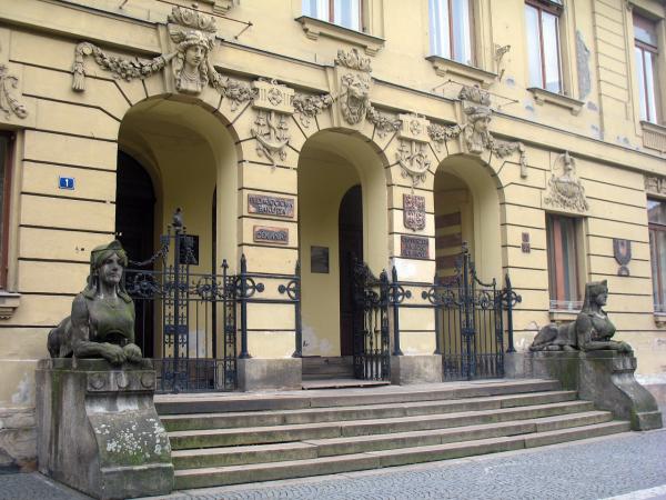 Красивый вход в педагогический университет Градец Кралове